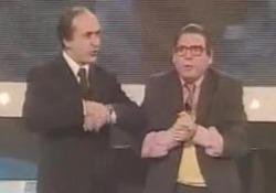 Quando Battaglia imitava Bruno Vespa a su RaiUno a «Ma che serata!» Il comico, in duo con Miseferi, era uno dei volti più noti del Bagaglino - Corriere Tv