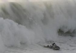 Salvataggio spettacolare: l'onda gigante travolge il surfista La scena a Nazaré, in Portogallo - CorriereTV