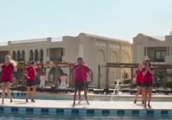 Era la perla del Mar Rosso, ma dopo gli attacchi terroristici i turisti se ne sono andati. Così Sharm El Sheikh è diventata una città fantasma. A mostrarlo nitidamente è il documentario «Dream Away», le cui immagini, risalenti a poco più di un anno fa, mostrano resort semivuoti. Ci sono gli ombrello...