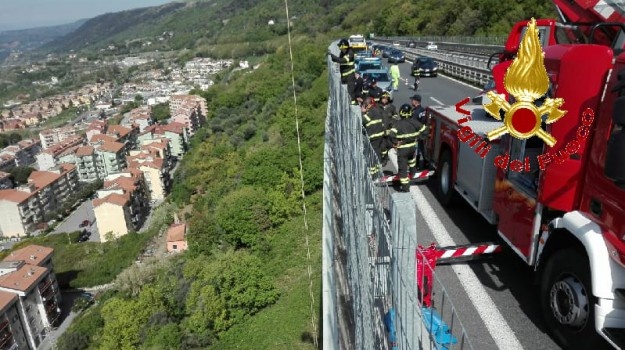 autostrada a2, suicidio viadotto, Catanzaro, Calabria, Cronaca