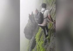 """Trekking da brivido: sul sentiero più pericoloso dell'India Questi escursionisti usano il cellulare per documentare il """"Dhak Bahiri Trek"""", uno dei percorsi escursionistici più pericolosi dell'India - CorriereTV"""