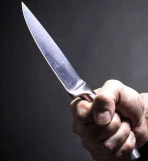 Coltello alla gola per rapinare una donna incinta davanti al figlioletto, arrestato a Noto