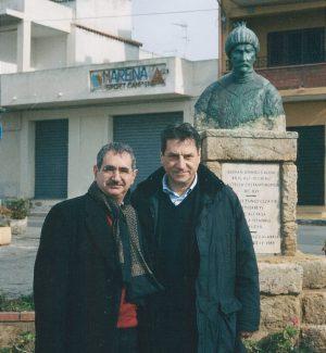 Vito Teti e Claudio Magris davanti alla statua di Ucciali