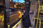 Sfondano a calci il vetro di un bus a Messina, rintracciati tre degli autori: sono tutti minorenni - Foto