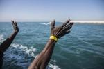 """Nave della Marina soccorre migranti al largo della Libia, Salvini: """"Non do porti"""""""