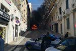 Auto in fiamme in pieno centro a Reggio Calabria - Foto