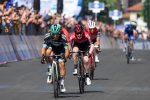 Giro d'Italia, Benedetti vince a Pinerolo davanti al siciliano Caruso. Polanc nuova maglia rosa