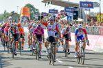 Giro d'Italia, Ewan trionfa in volata a Novi Ligure e Viviani si ritira