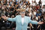 """Elton John sbarca a Cannes con il suo """"Rocketman"""", la performance durante la serata di gala"""