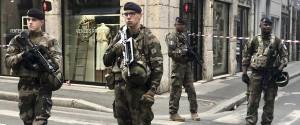 """Pacco bomba con chiodi esplode in strada a Lione, almeno 8 feriti. Macron: """"È un attacco"""""""