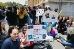 Fan in attesa di Alberto davanti Palazzo Zanca a Messina