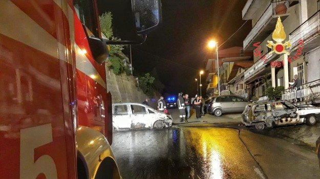 danneggiate due auto, incendio, maida, Catanzaro, Calabria, Cronaca