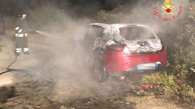 auto in fiamme, fiat Bravo, incendio, sellia marina, vigili del fuoco, Catanzaro, Calabria, Cronaca