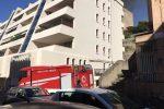 Casa in fiamme a Reggio, grave un uomo: salvati 25 cani - Video