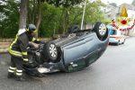 Incidente alle porte di Cosenza, auto finisce fuori strada e si ribalta