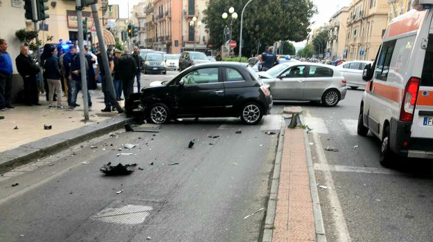 Terribile scontro tra due auto in centro a Messina, due feriti nell'incidente - Foto