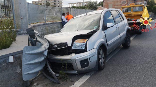 auto perde il controllo, Ford Fusion, guardrail, incidente stradale, san sostene, Catanzaro, Calabria, Cronaca
