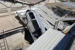 Auto vola giù dalla Palermo-Messina e finisce in un'officina, l'incidente a Villafranca: 2 feriti - Foto