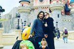 """Marco Bocci e Laura Chiatti con i figli a Disneyland: """"Fatica vera"""". E sul web scoppia la polemica"""