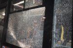 Lancio di sassi contro un autobus a Catanzaro, vetro in frantumi