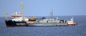 """Sea Watch, i migranti a bordo sbarcano a Lampedusa. L'ira di Salvini: """"Qualcuno ne risponderà"""""""