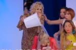 Uomini e Donne, Tina getta un secchio d'acqua addosso a Gemma - Video