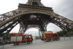 Un uomo scala la Tour Eiffel a mani nude, monumento evacuato