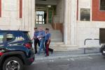 Retata antidroga a San Luca, l'uscita degli arrestati dalla caserma dei carabinieri - Video
