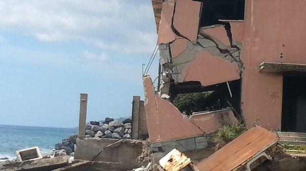 Gli effetti delle mareggiate nella zona sud di Messina