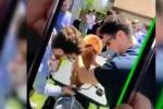 Cagnolino costretto a bere birra per uno scherzo tra studenti e la rete si indigna