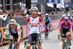 Giro d'Italia, a Pesaro la spunta Ewan in volata su Viviani. Conti resta leader