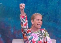 «Che tempo che fa», Heather Parisi entra in studio e saluta il pubblico con il pugno alzato Fabio Fazio la invita a non ripetere il gesto e lei: «Simboleggia la difesa dei diritti dei diversi» - Corriere Tv