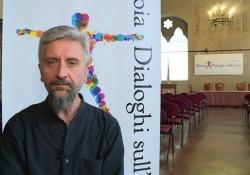 «Ecco la mia ballata dei senzatetto»Ascanio Celestini a Dialoghi sull'uomo L'attore chiude la decima edizione del festival Dialoghi sull'uomo a Pistoia - Corriere Tv
