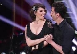 Elisa Isoardi ballerina per una notte al ritmo di un indiavolato charleston La sua performance a «Ballando con le stelle» convince i giudici - Corriere Tv