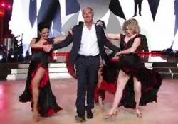Giletti torna in Rai (ma solo per danzare). Le prove del conduttore a «Ballando con le stelle» Il conduttore di La7 al fianco di tre ballerine si cimenta in una coreografia realizzata ad hoc - Corriere Tv
