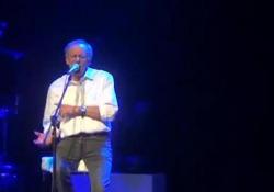 «Giulio», la canzone di Roberto Vecchioni dedicata a Regeni La performace dell'artista durante la tappa a Bologna del suo tour - Corriere Tv