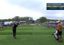 Golf, il colpo di Bjerregaard: palla in buca con un solo tiro Lucas Bjerregaard, golfista danese, ha impressionato tutti durante l'ultimo PGA Championship - Dalla Rete