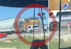 Ignora il semaforo al passaggio a livello: auto dello sceriffo travolta dal treno merci La scena catturata ad un passaggio a livello a Midland, in Texas - CorriereTV