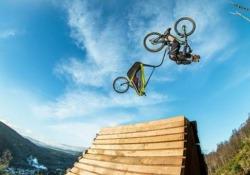"""Il babysitter più spericolato del mondo? In bici con lo """"zio Danny"""" Lo scozzese Danny MacAskill è un fenomeno con la mountain bike - CorriereTV"""