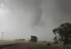 Il cacciatore di tempeste viene travolto dal tornado Lo statunitense Reed Timmer, un veterano nel mondo degli storm chaser, se l'è vista brutta - CorriereTV