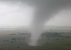 Il video di un drone che insegue un tornado Il drone ha seguito il piccolo tornado per diversi minuti mentre attraversava i campi a Sulphur, in Oklahoma - CorriereTV