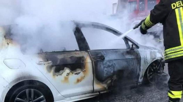 borgia, incendio auto, Catanzaro, Calabria, Cronaca