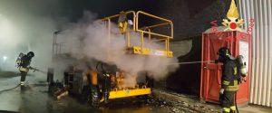Catanzaro, a fuoco un macchinario da lavoro in una galleria delle statale 280