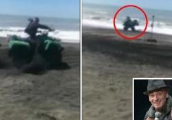 Incidente a J-Ax mentre gira il suo nuovo video a Ostia Il quad si ribalta, ma lui si rialza incolume - Corriere Tv