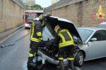 Incidente a Catanzaro, auto scivola sull'asfalto e sbatte contro un sottopasso