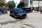 Incidente in centro a Palermo, dopo lo scontro un taxi finisce sul marciapiede: un ferito
