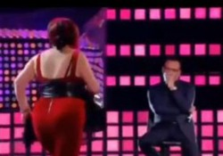 La Corrida, la concorrente parte alla conquista di Carlo Conti ma cade rovinosamente Nessuna conseguenze per la ballerina che si è subito rialzata - Corriere Tv