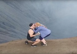 La proposta di nozze è sul cratere del vulcano La coppia di blogger sceglie il Monte Bromo, in Indonesia, a 2392 metri - CorriereTV