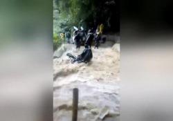 La strada è un fiume in piena: il motociclista rischia di finire nel dirupo Il video dall'Honduras: diversi automobilisti decidono di attraversare la strada nonostante il pericolo - CorriereTV