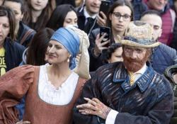Laura Pausini e Biagio Antonacci, flash mob a sorpresa in piazza di Spagna I due cantanti hanno pubblicizzato il loro tour estivo - LaPresse